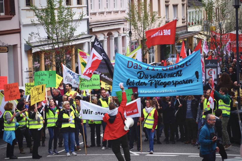 Beschäftigte des katholischen Klinikums im saarländischen Ottweiler streiken.