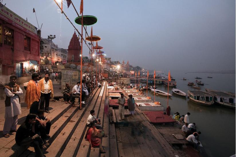 "Varanasi: Ghats, die Treppenstufen entlang des ""heiligen Flusses"" Ganges."