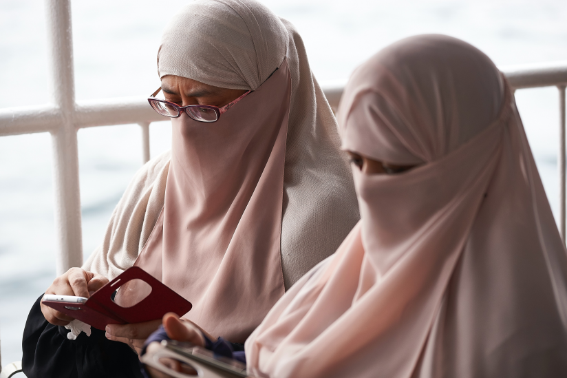 Zwei Frauen mit Niqab