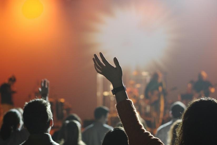 Lieber Party als Messe: Junge Menschen haben keinen Bock mehr auf Religion.