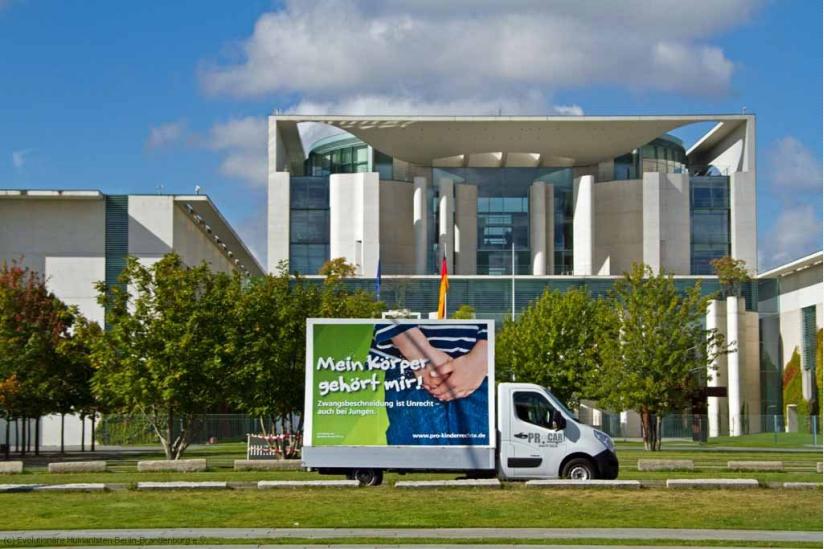 Beschneidungskampagne - vor dem Bundeskanzleramt