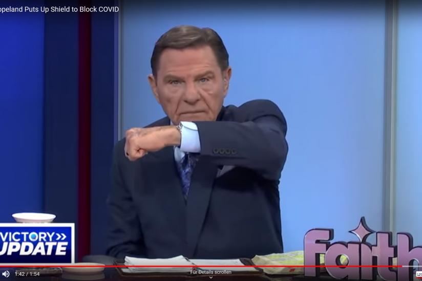 Prediger Kenneth Copeland hebt schützend seinen Arm vors Gesicht