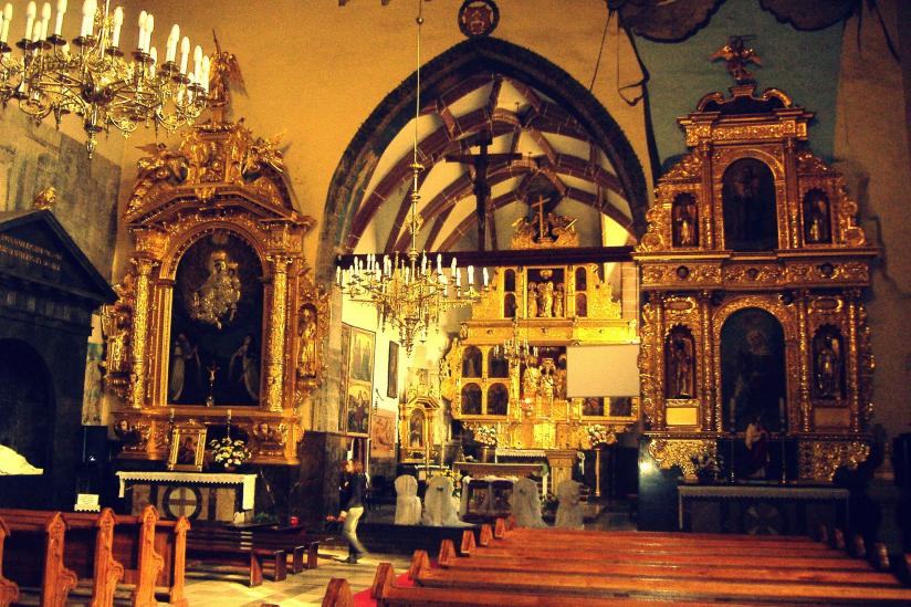 Die häufigste Farbe in dieser Kirche ist gold