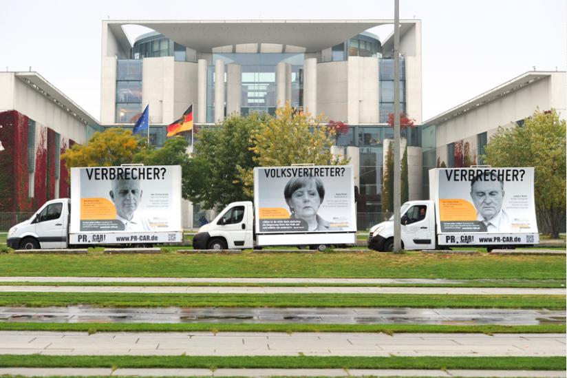 Kampagnenfahrzeuge vor dem Bundeskanzleramt