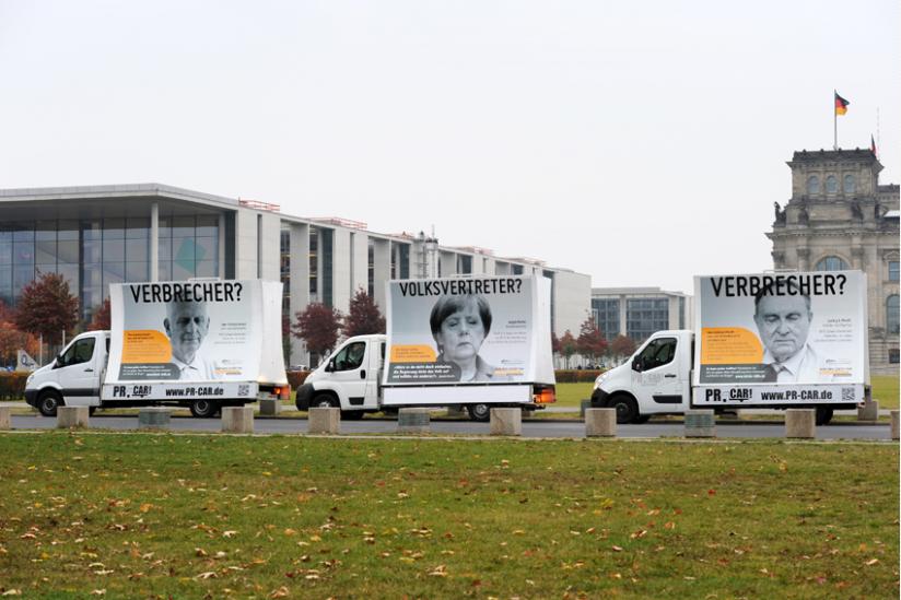 Kampagnenfahrzeuge vor Reichstag und Paul-Löbe-Haus