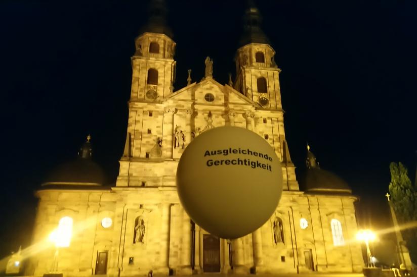 """""""Ausgleichende Gerechtigkeit"""" stand auf den Ballons"""