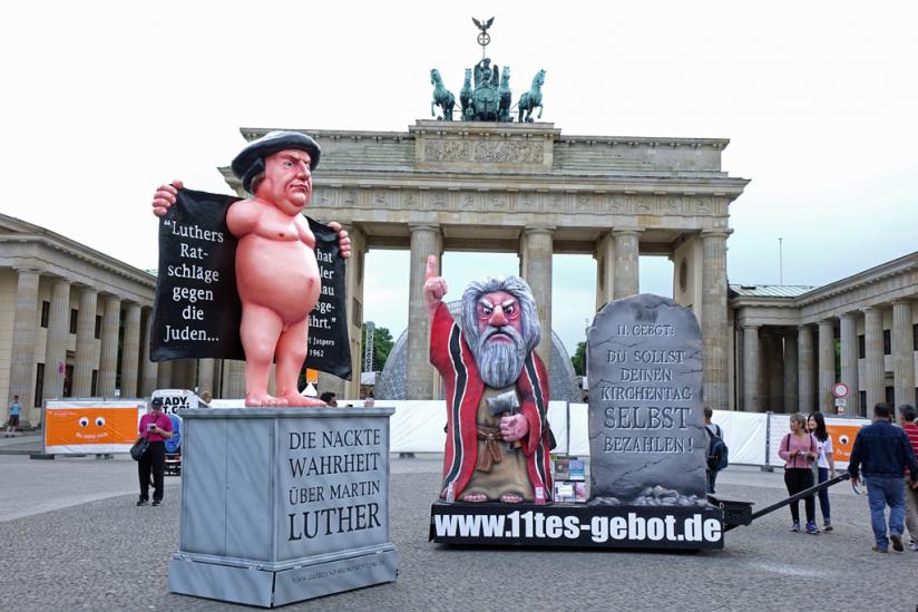 Luther und Moses unbehelligt vor dem Brandenburger Tor