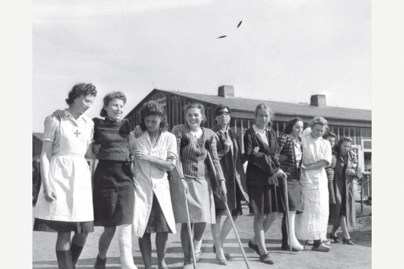 historisch: Befreite weibliche Kriegsgefangene im Lager VI-Oberlangen