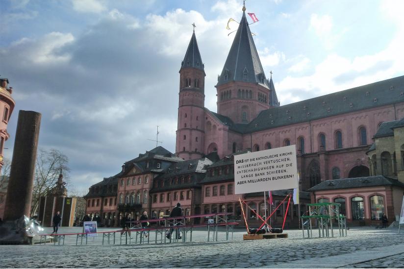 Kunstinstallation von David Farago vor dem Mainzer Dom