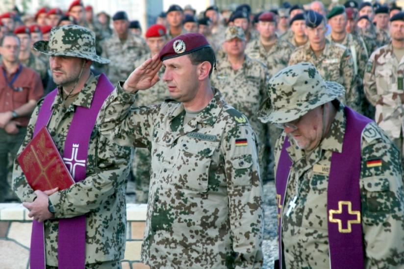 katholischer Militärpfarrer (links) und evangelischer Militärpfarrer (rechts) im ISAF-Einsatz