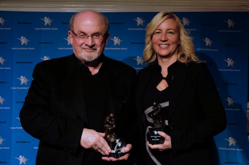 Salman Rushdie und Barbara Miller mit ihren Preisen.