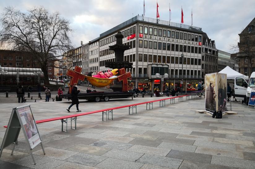 """Kunstinstallation """"Die Lange Bank des Missbrauchsskandals"""""""
