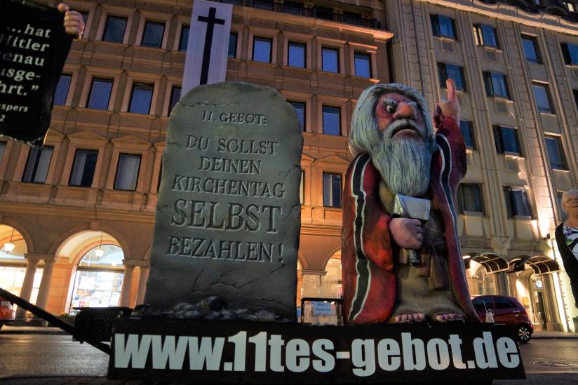 """""""11.Gebot"""" vor dem Haus der EKD"""
