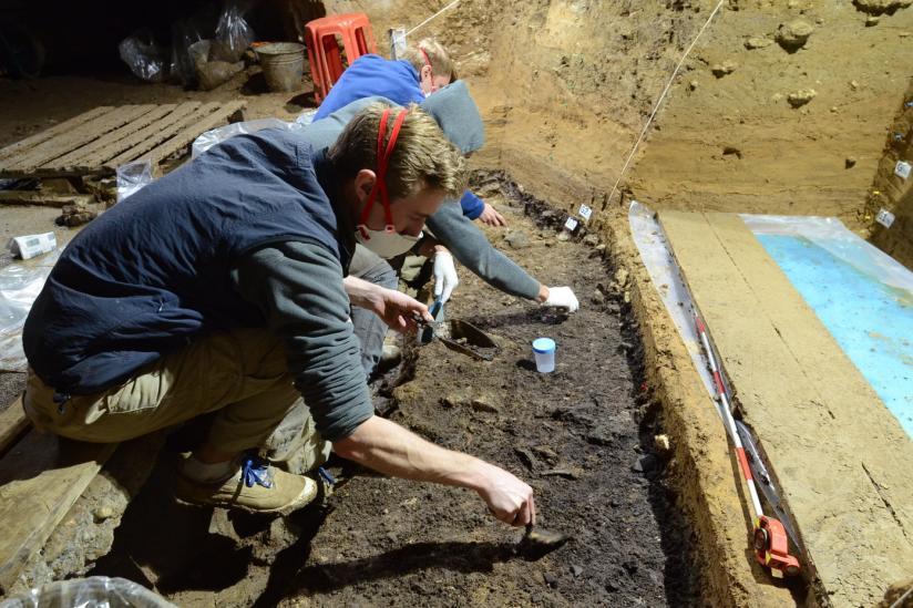 Ausgrabungsarbeiten in der IUP-Schicht I in der Bacho-Kiro-Höhle. Aus dieser Schicht wurden vier Homo-sapiens-Knochen sowie zahlreiche Steinwerkzeuge, Tierknochen, Knochenwerkzeuge und Anhänger geborgen.