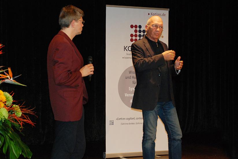 Helmut Fink (l.) stellt Jürgen Neffe (r.) vor.
