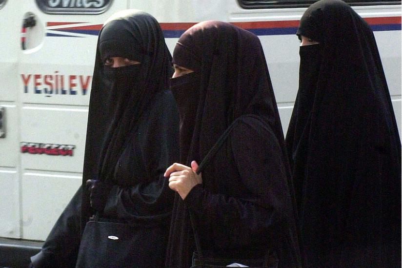 Drei Frauen im Niqab