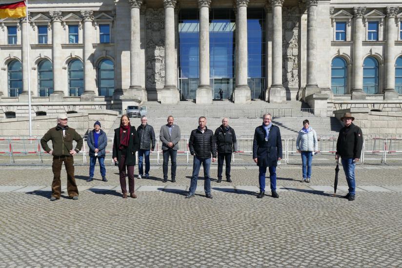 Betroffenenvertreter vor dem Reichstagsgebäude