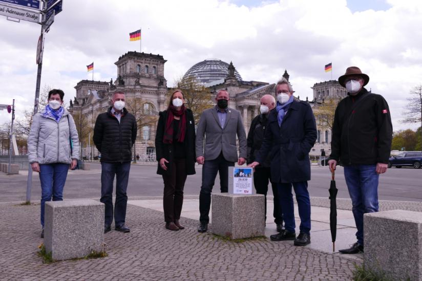 Vertreter der Betroffenenverbände vor dem Reichstagsgebäude