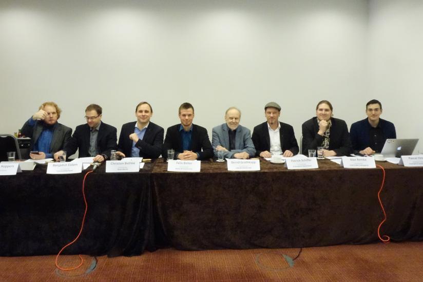 Podium der Pressekonferenz