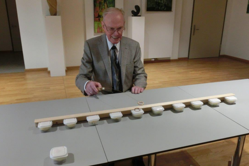 Emil Siebke demonstriert seinen Testvorschlag. Die Gefäße wurden beim eigentlichen Versuch mit Papier verdeckt.