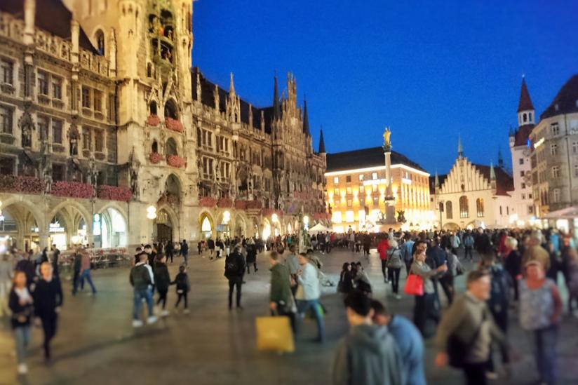 Die Situation während des Rosenkranzgebetes auf dem Marienplatz (München)