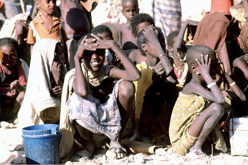 Somalische Kinder warten auf eine Hilfslieferung.