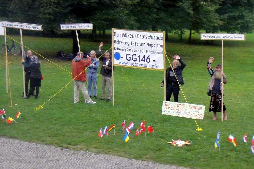 """Protest von """"Reichsbürgern"""", die sich auf Artikel 146 des Grundgesetzes berufen (vor dem Reichstagsgebäude in Berlin)"""