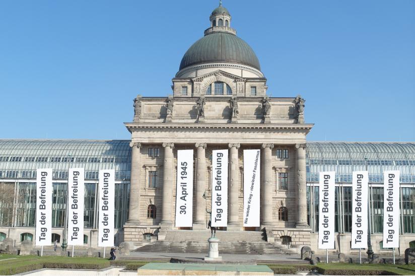 Weiße Fahnen an der Bayerischen Staatskanzlei