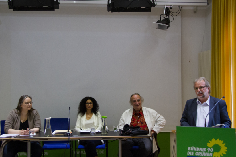 Das Podium: Daniela Wakonigg, Handan Aksünger, Frieder Otto Wolf (v.l.nr.r) stehend: Walter Otte