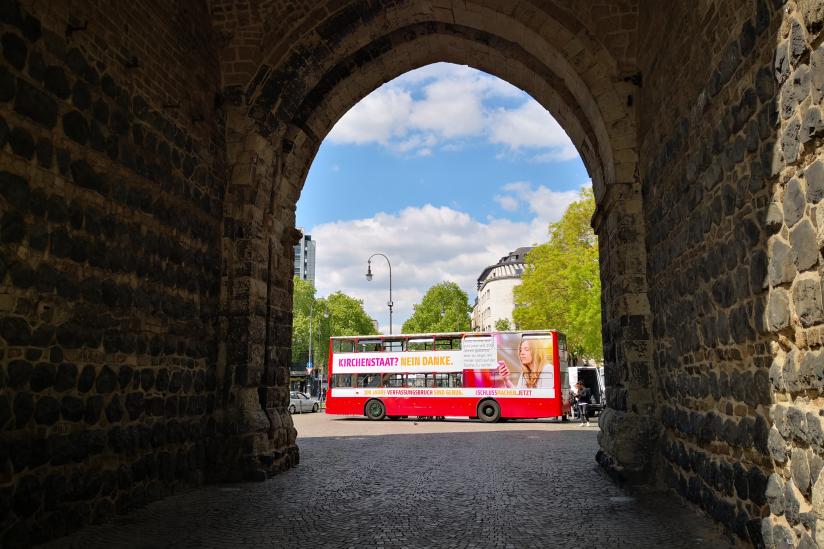 Bus vor der Hahnentorburg am Rudolfplatz