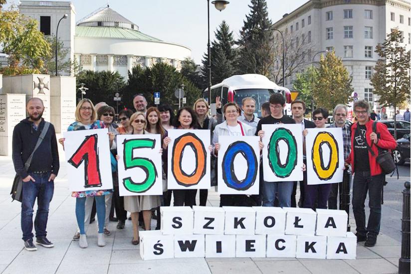 Die Organisatoren der Aktion mit Paketen mit den Unterschriften vor dem Sejm Gebäude