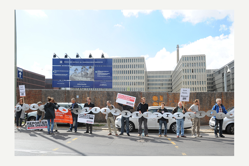 vor der neuen BND-Zentrale in Berlin