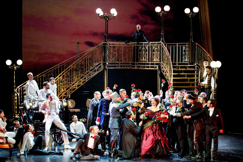 Camille Schnoor (Hanna Glawari), Ensemble, Ballett und Herrenchor des Staatstheaters am Gärtnerplatz
