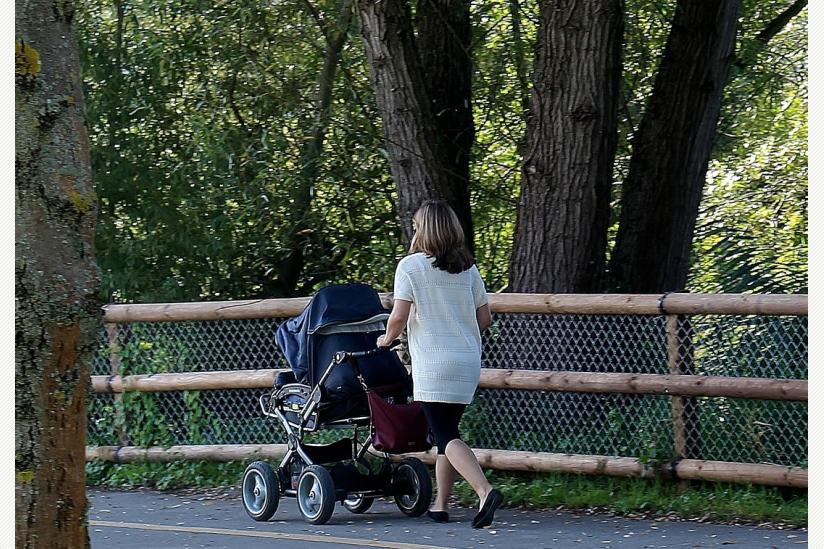 Frau mit Kinderwagen