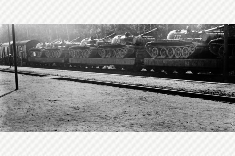 Zug mit Panzern in Olbernhau