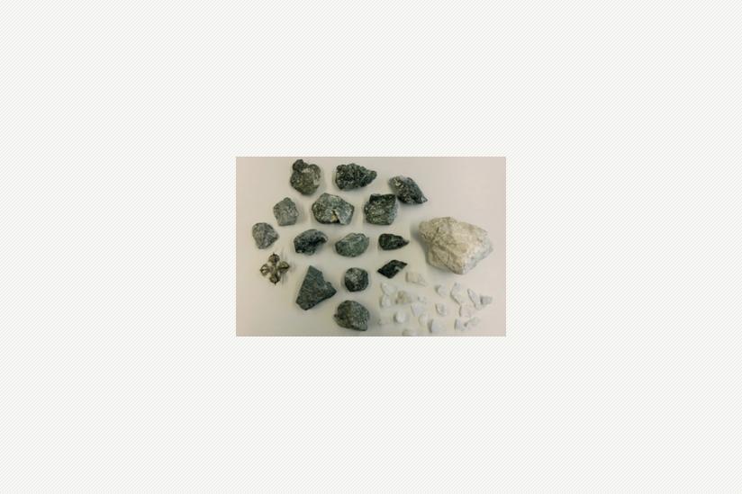 Der sortierte Gesteins- und Amulettinhalt des Raumharmonisierers