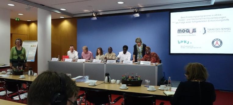 Das Podium bei der Pressekonferenz