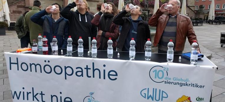 """Skeptiker """"vergiften"""" sich bei der 10^23-Aktion in Göttingen."""