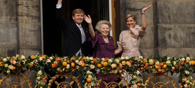 König Willem-Alexander, Ex-Königin Beatrix und Königin Máxima nach dem Thronwechsel am 30. April 2013 in Amsterdam.