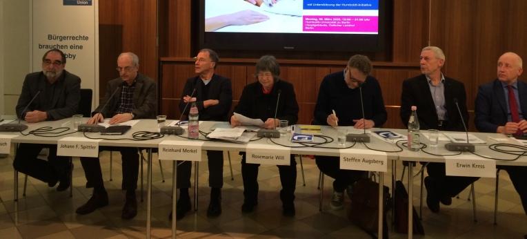 DGHS-Vizepräsident Prof. Robert Roßbruch (li.) diskutierte über die Konsequenzen des Urteils mit Dr. J. Spittler, Prof. Dr. R. Merkel, Prof. Dr. Rosemarie Will, Prof. Dr. S. Augsberg, Erwin Kress und Dr. W. Schinnenburg (MdB, FDP).