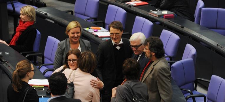 Nach der Abstimmung: Gratulanten bei Kerstin Griese