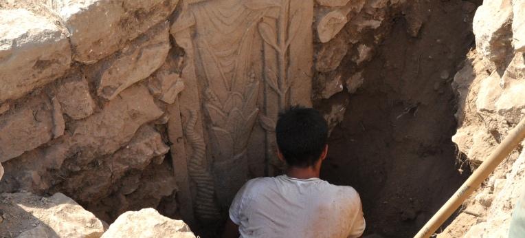 Basaltstele mit unbekannter Götterdarstellung, die als Stützpfeiler in die Klostermauern verbaut ist