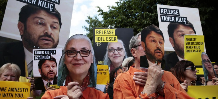 Amnesty-Mahnwache für die Freilassung von İdil Eser und Taner Kılıç vor der türkischen Botschaft in Berlin am 17. Juli 2017