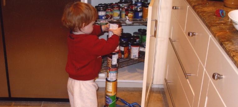 Quinn ist ein etwa 18 Monate alter Junge mit Autismus, der obsessiv Dosen stapelt.