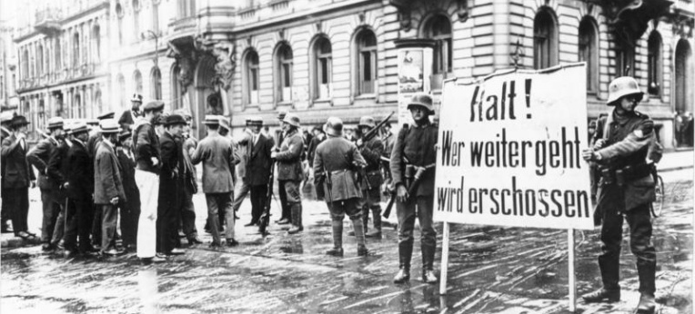 """Putschende Soldaten mit Transparent """"Halt! Wer weitergeht wird erschossen"""" am Wilhelmplatz vor dem abgeriegelten Regierungsviertel"""