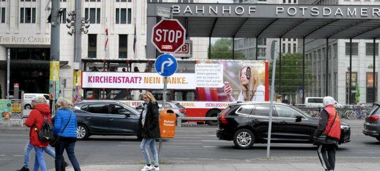 Der Bus fährt durch Berlin