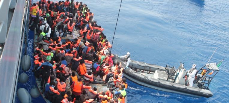 Flüchtlinge im Mittelmeer vor ihrer Aufnahme durch ein Kriegsschiff