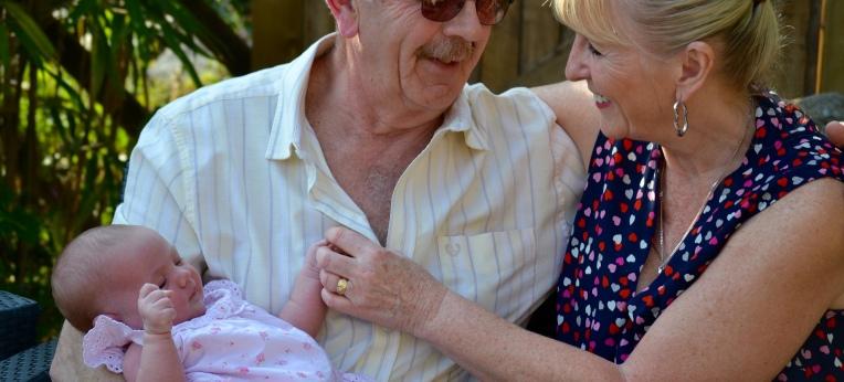 Großeltern mit Enkelkind