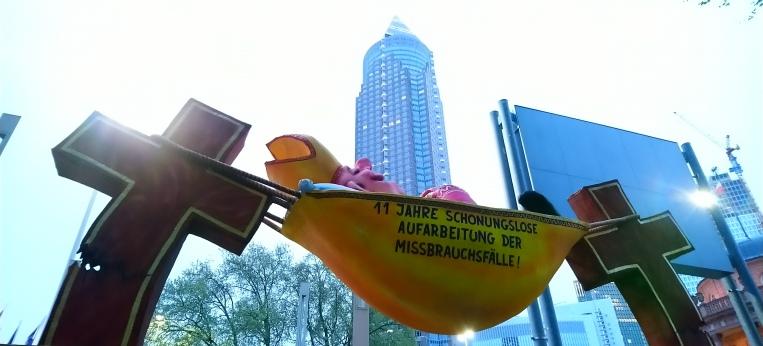 """Der """"Hängemattenbischof"""" vor der Frankfurter Skyline"""