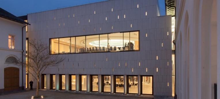 Innenhof und Plenargebäude des hessischen Landtags